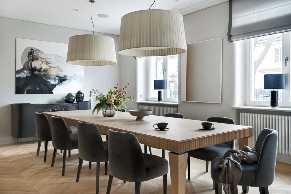 Duży, drewniany stół w salonie