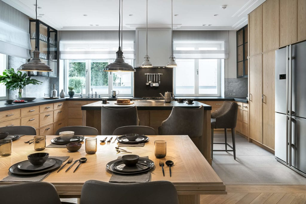 Kuchnia połączona z salonemw modernistycznej willi na Saskiej Kępie