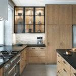 Zabudowa kuchenna w kuchni połączonej z salonem