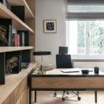 Biurko w pracowniw modernistycznej willi na Saskiej Kępie