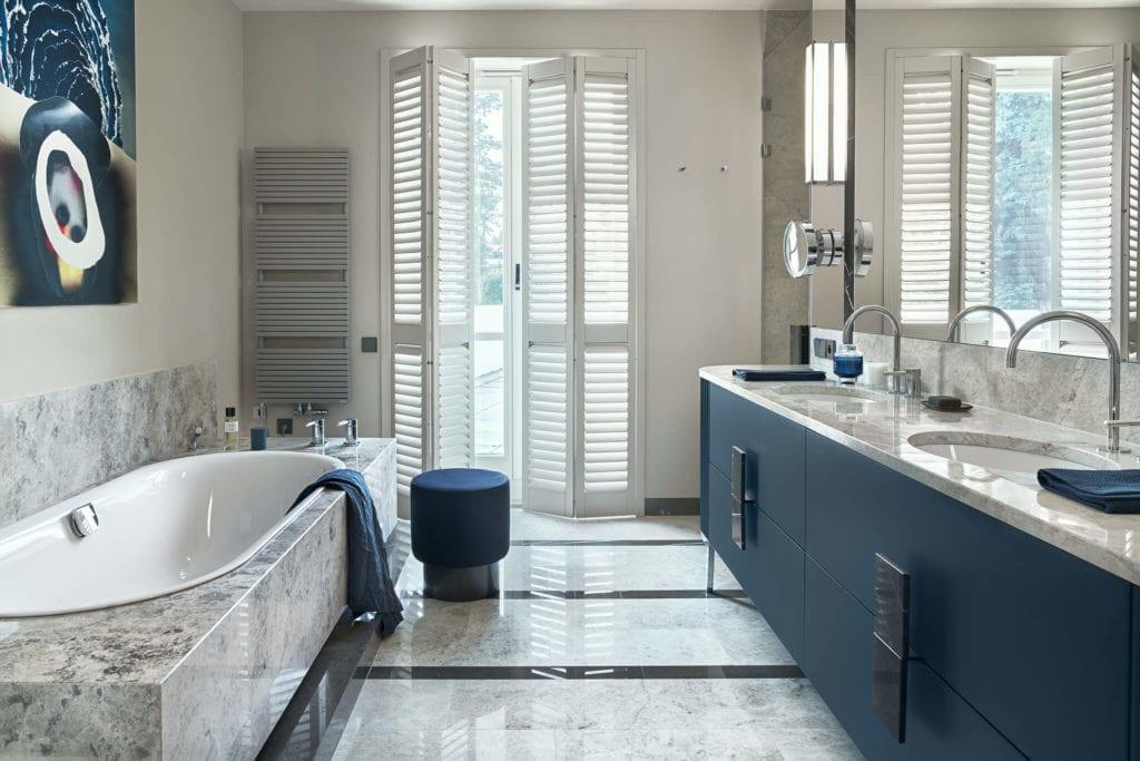 Łazienka z niebieskimi detalamiw modernistycznej willi na Saskiej Kępie