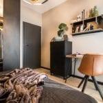 Aranżacja sypialni z drewnianymi dekoracjami