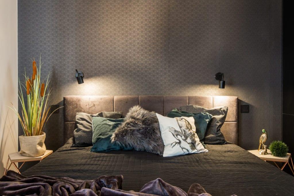 Aranżacja łóżka z dekoracyjnymi poduszkami