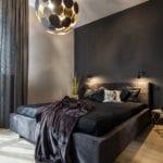Aranżacja sypialni z dużym łóżkiem z czarną pościelą