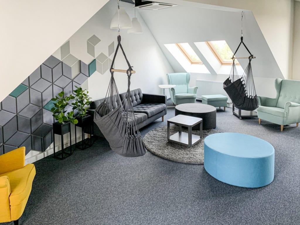 Wnętrza biura software house'u STX NEXT w Poznaniu z niebieskimi pufami