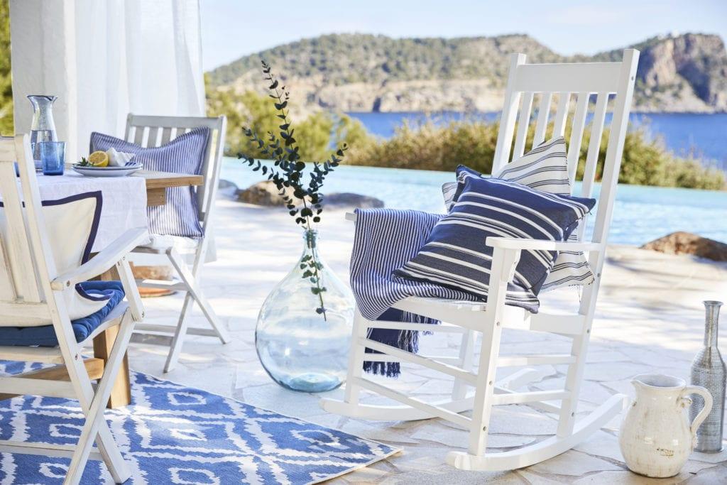 Krzesło bujane z niebieską poduszką