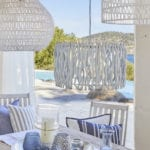 Taras z białymi krzesłami na greckiej wyspie
