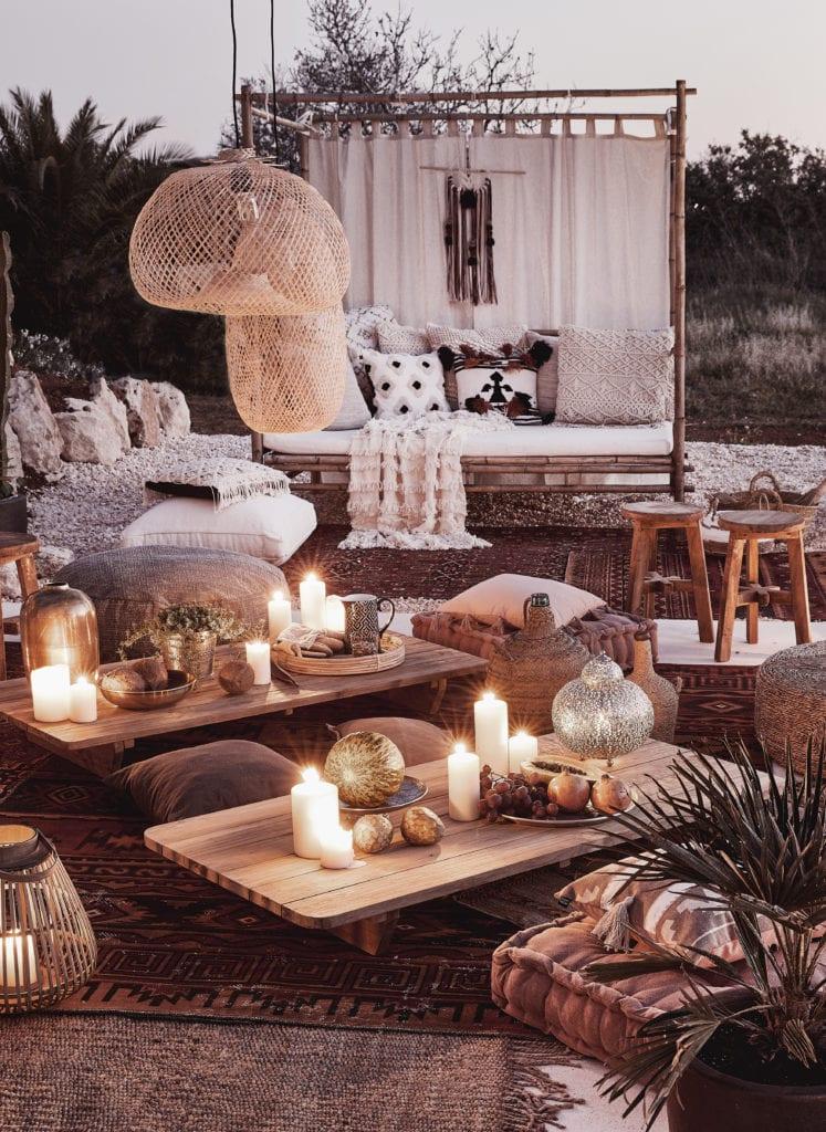 Baldachim na świeżym powietrzu i stoły zastawione świecami