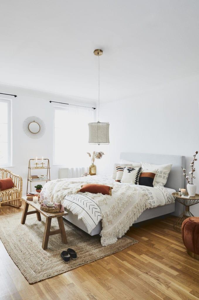 Sypialnia w jasnych kolorach inspirowana podróżami