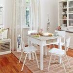 Jadalnia z białym stołem i białymi krzesłami