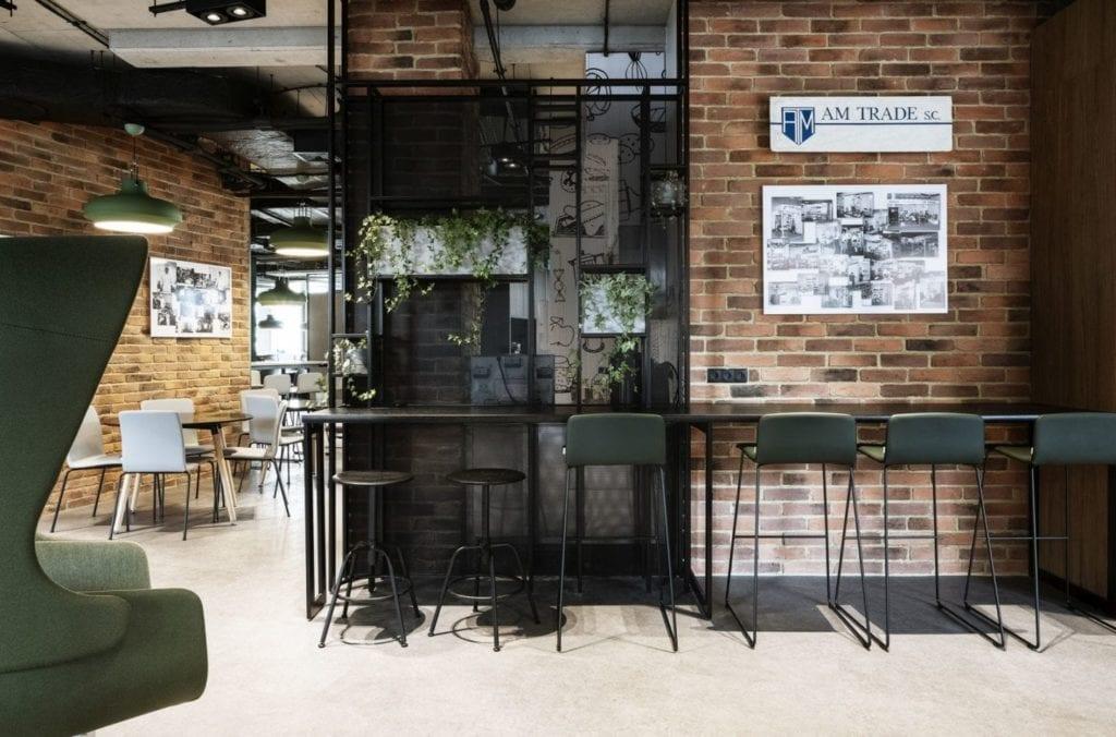 Ściana z cegły i przyciemnione szkło w biurze firmy Stalgast projektu MADAMA