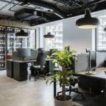 Białe ścian i szare meble w biurze firmy Stalgast projektu MADAMA