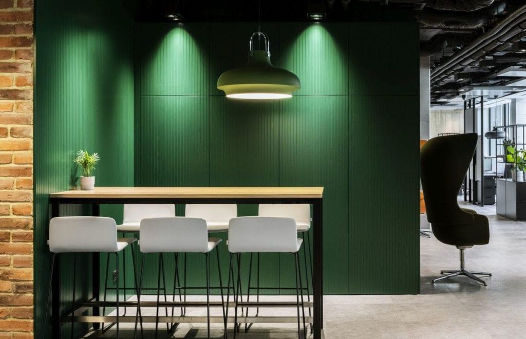 Ściana w kolorze butelkowej zieleni w biurze firmy Stalgast projektu MADAMA