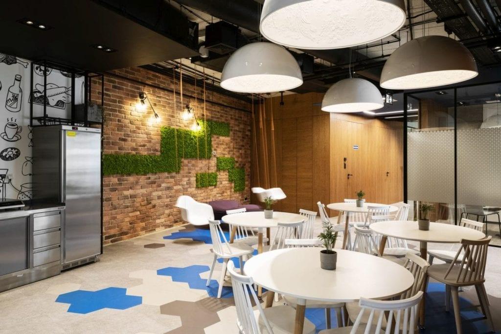 Ściana z cegły z zielonymi detalami w biurze firmy Stalgast projektu MADAMA