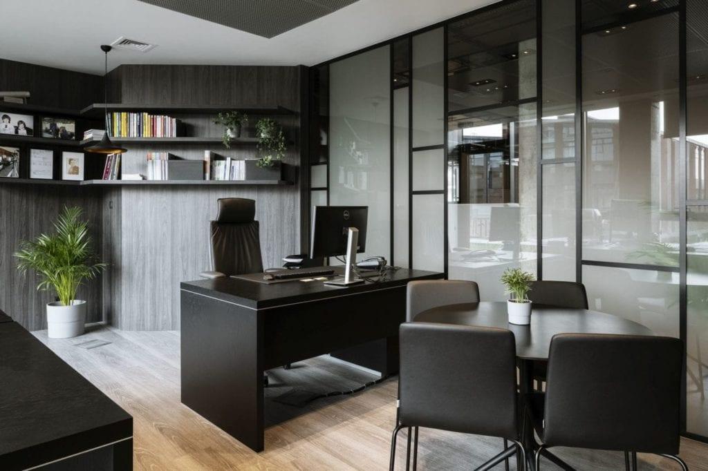 Szare meble i szara ściana w biurze firmy Stalgast projektu MADAMA
