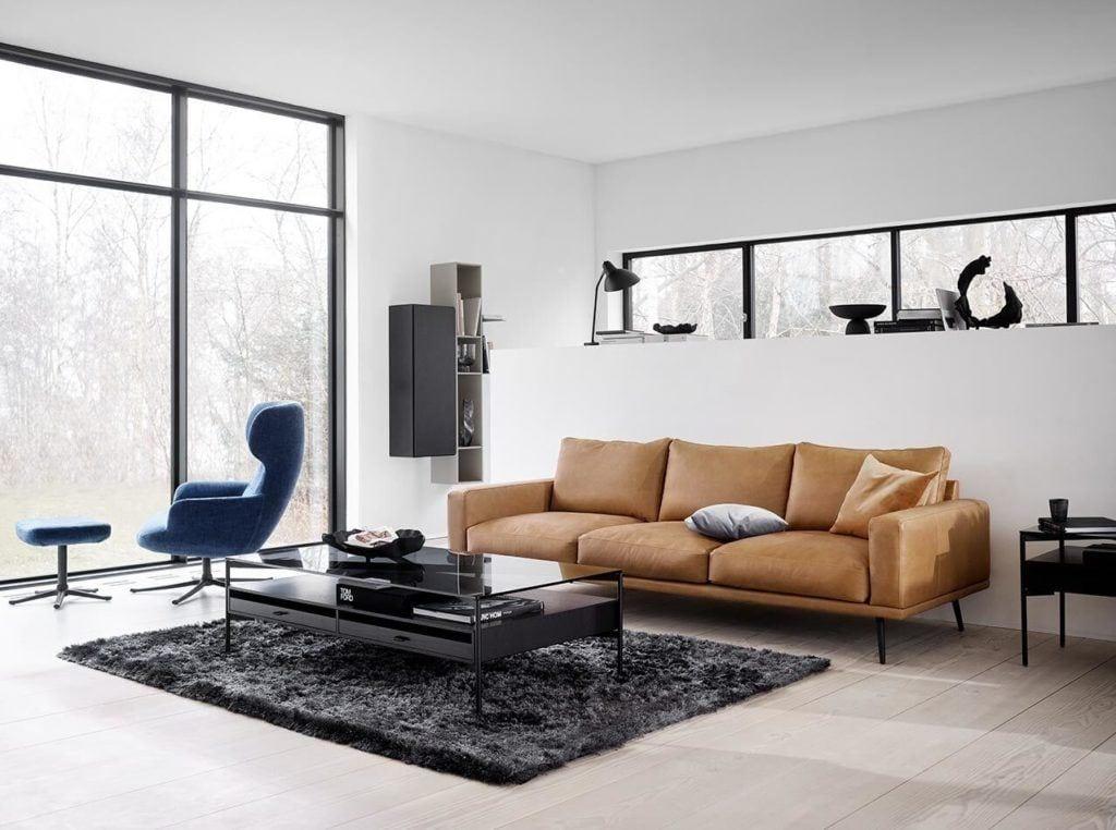 Brązowa sofa Indivi stojąca w jasnym salonie