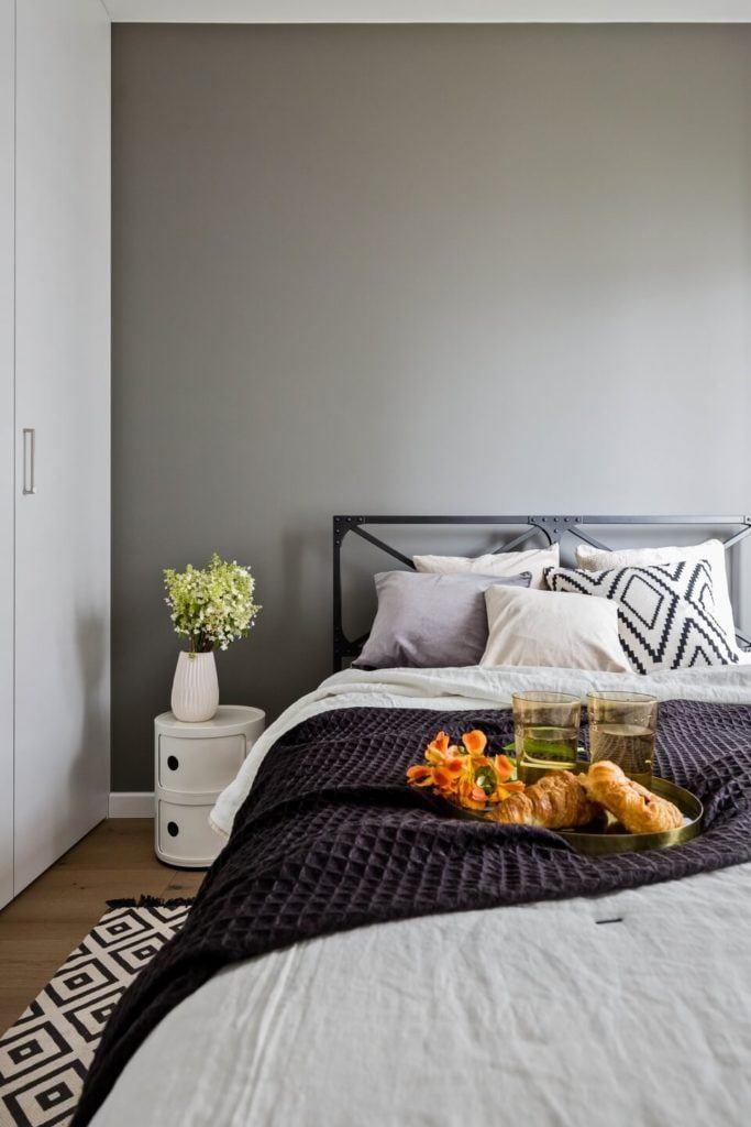 Szara sypialnia w stylu soft industrialnym