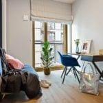 Pokój w apartamencie w stylu soft industrialnym