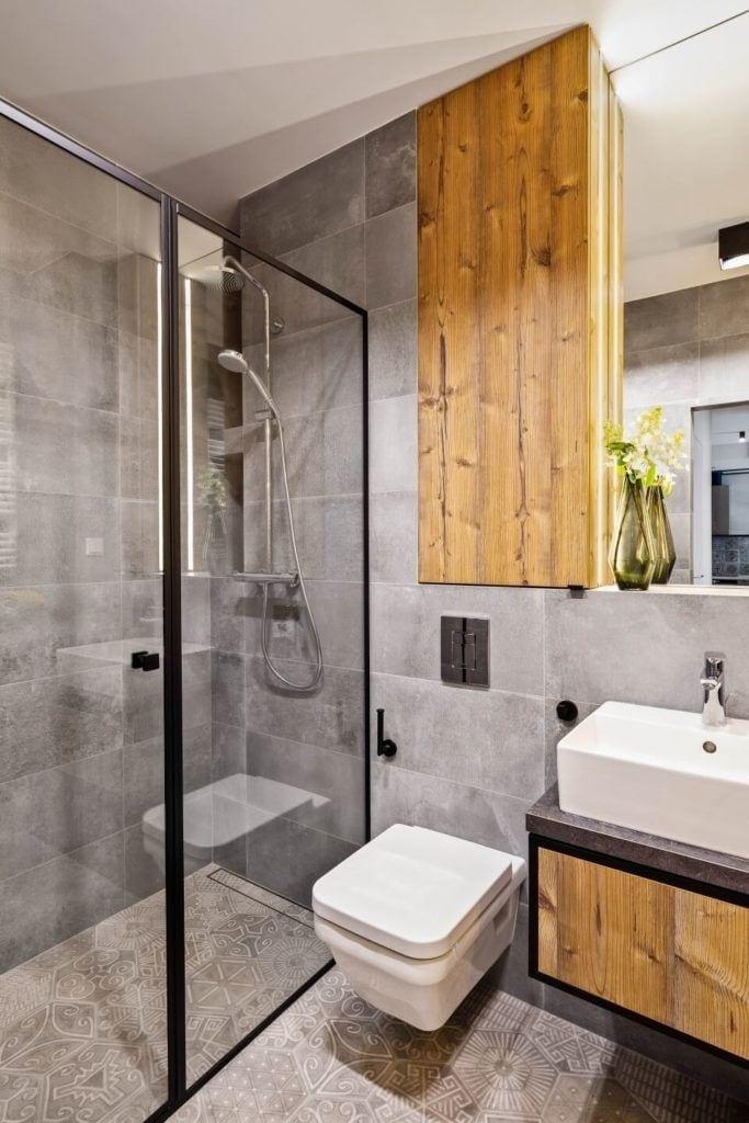 Szara łazienka w stylu soft industrialnym