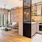 Kuchnia połączona z salonem w warszawskim apartamencie w stylu soft industrialnym