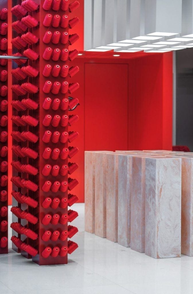 Aranżacja sklepu Annakiki projektu Joy Season Studio z czerwonymi szpulami nici