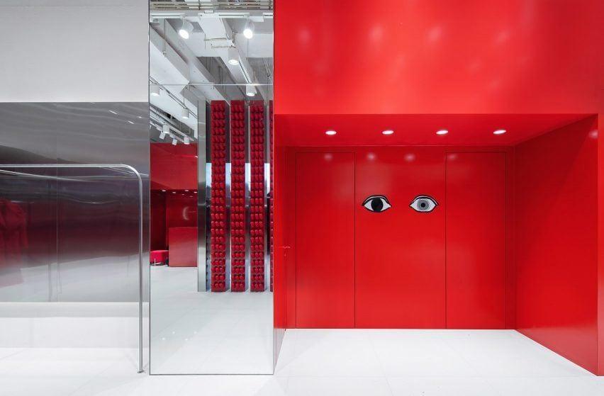 Aranżacja sklepu Annakiki projektu Joy Season Studio z czerwoną ścianą