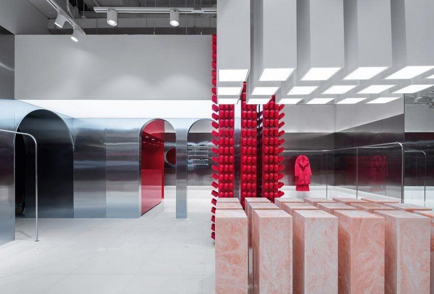 Aranżacja sklepu Annakiki projektu Joy Season Studio z czerwonymi nićmi