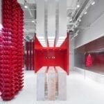 Aranżacja sklepu Annakiki projektu Joy Season Studio z czerwonymi elementami
