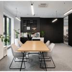Duży drewniany stół w biurze Budus projektu studia hanczarstudio