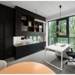 Czarna zabudowa kuchenna w biurze projektu studia hanczarstudio
