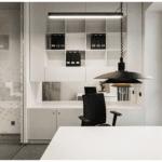 Biała zabudowa w biurze Budus projektu studia hanczarstudio