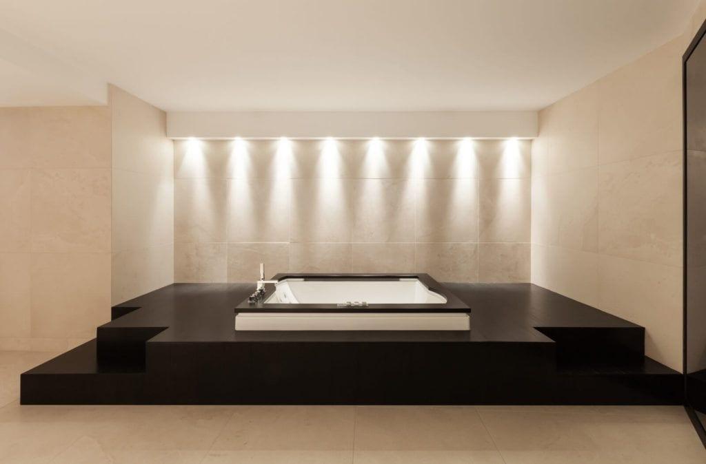 Marmur Crema Marfil w salonie kąpielowym