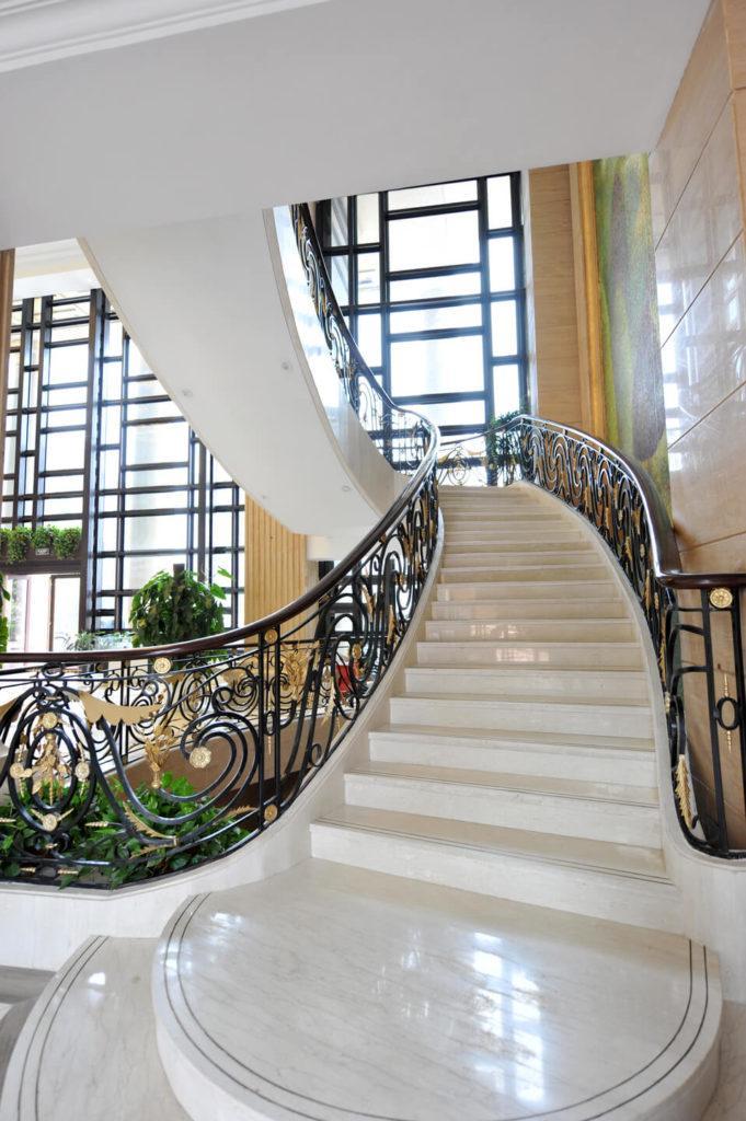 Marmur Crema Marfil na schodach