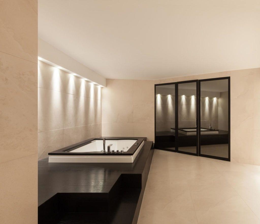 Marmur Crema Marfil w dużej łazience