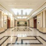 Marmur Crema Marfil w holu hotelu
