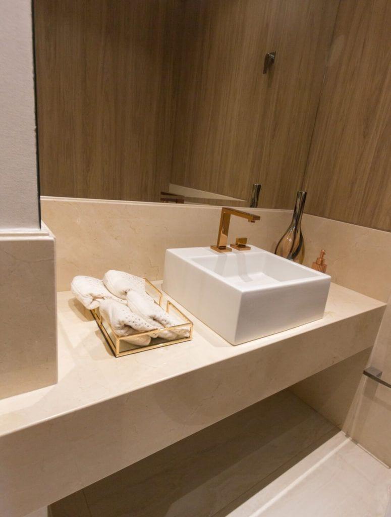 Marmur Crema Marfil użyty do wykończenia łazienki