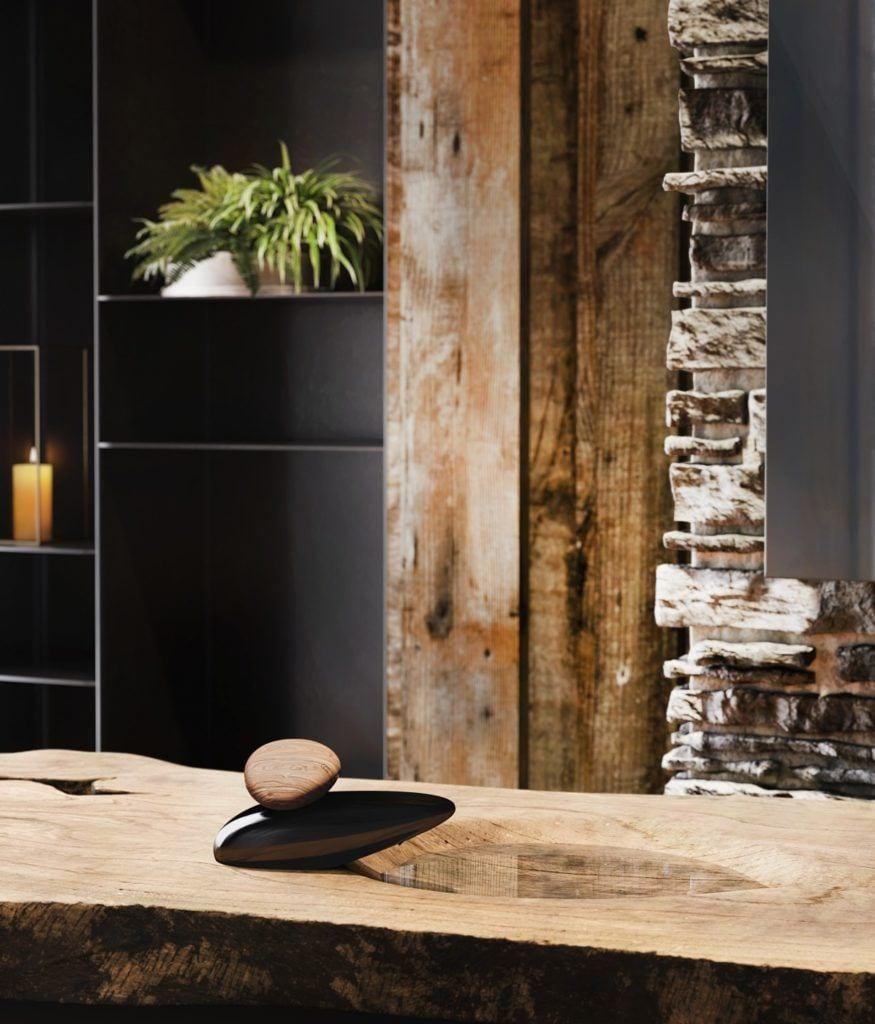 Designerska armatura Gessi z serii Equilibrio inspirowana pięknem natury - bateria w łazience z marmuru
