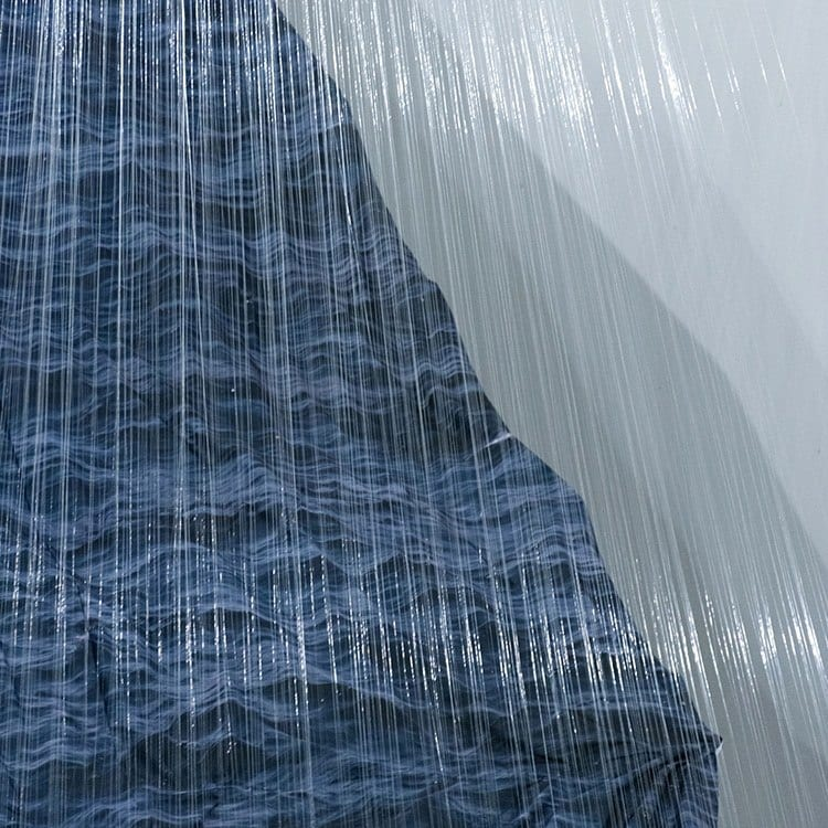 Instalacja przypominająca fale, którą stworzył Miguel Rothschild