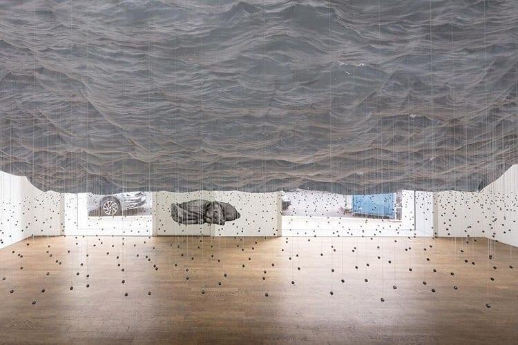 Instalacja artystyczna przypominająca deszcz