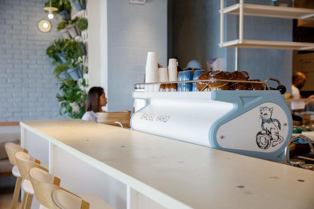 Wnętrze kawiarni Bagel Yard Cafe w Dubaju projektu H2R Design