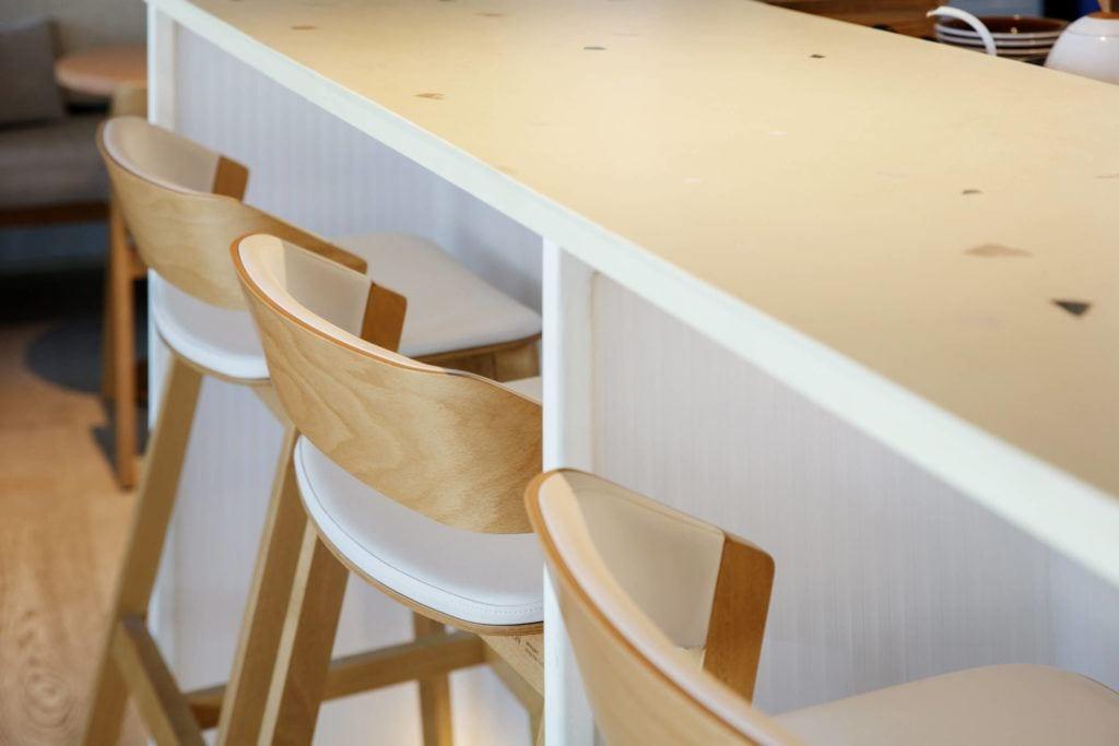 Krzesła w kawiarnii Bagel Yard Cafe w Dubaju projektu H2R Design