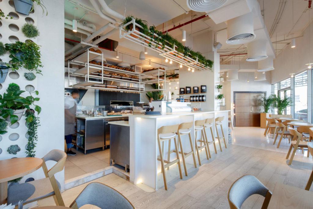 Bar w kawiarnii Bagel Yard Cafe w Dubaju projektu H2R Design