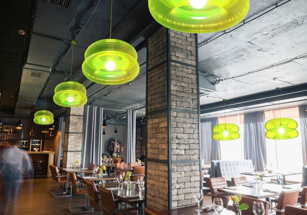 Lampy BIG LIME z kolekcji Big Colors o od marki PUFF-BUFF wiszące w restauracji