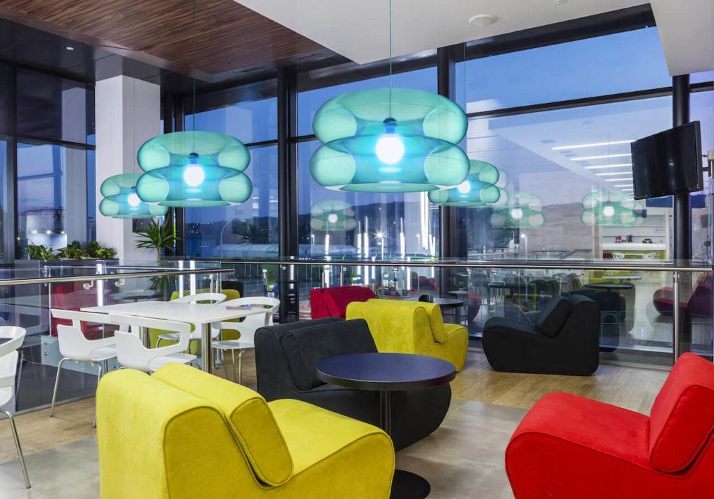 Lampy BIG SKY z kolekcji Big Colors o od marki PUFF-BUFF wiszące w restauracji
