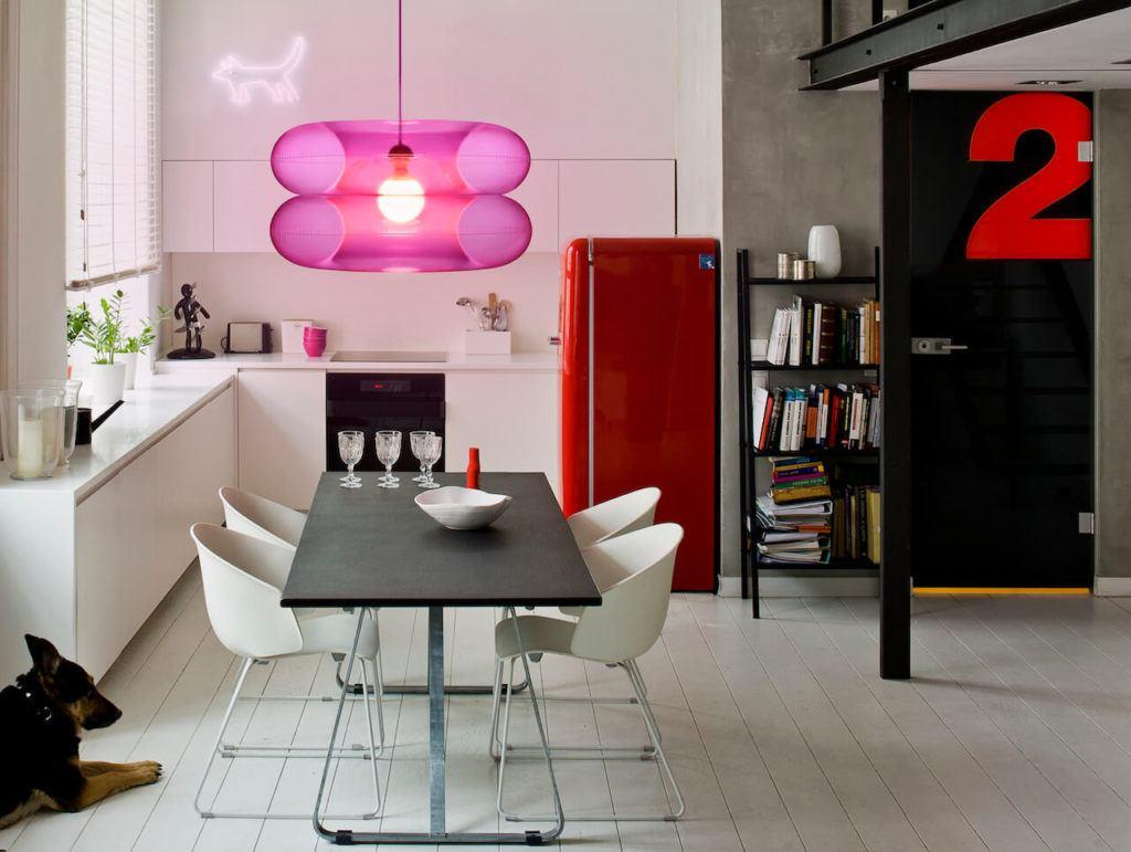Lampa BIG PINK z kolekcji Big Colors o od marki PUFF-BUFF wisząca w salonie