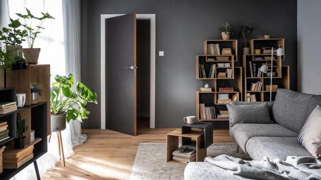 Pokój z szarą ścianą i meble z kolekcji Ribbon od marki VOX