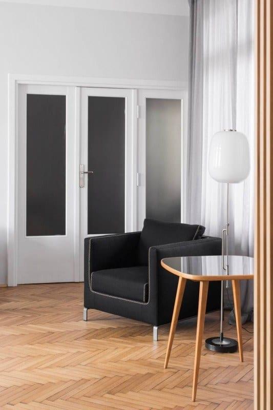 Drewniane drzwi ze szklanymi szybami w mieszkaniu w kamienicy