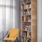 Drewniany regał na książki stojący pod ścianą