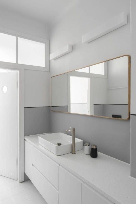 Mieszkanie z 1936 roku i jasna łazienka z dużym lustrem