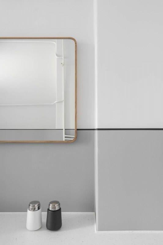 Lustro w biało-szarej łazience